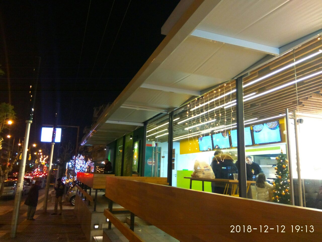 Στέγαστρο στο κατάστημα της Pizza Fan στο Γαλάτσι